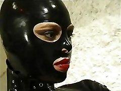 fierbinte pisica femeie în costum de piele face ce vrea cu ea excitat de sclavi
