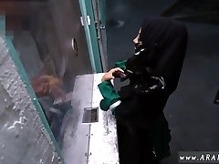 Arabo caldo mamma Disperata Donna Araba Scopa Per