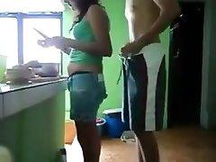 Pegando a prima novinha na cozinha