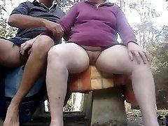 Masturbándose juntos al aire libre en un día húmedo