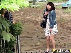 Imbarazzato asiatiche pipì