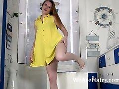 Sabrina Jay toglie il vestito e la biancheria intima di striscia