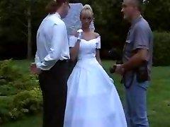 La sposa in calze all'aperto