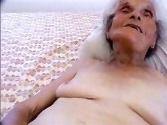 chica joven golpeando el más antiguo de puta en el internet