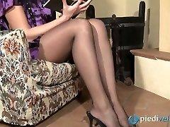 Nasty brunette sweetie Flavia looks irresistible in dark-hued nylon tights