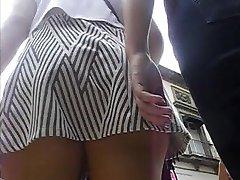Upskirt a nalgona en minifalda y tanga