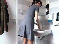 Kaj Ženske Počnejo V Kopalnici Pripravo 3