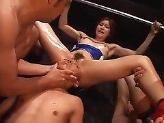 chino intenta meter su cabeza en una vagina