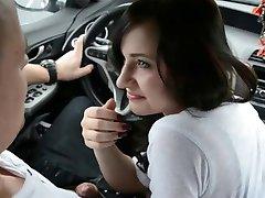 Amatoriale Ragazza Pompino con Ingoio in Auto