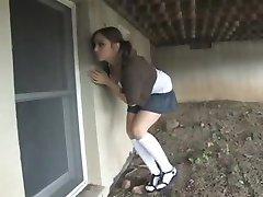 Djevojka pingvinom сунулись i скрутила u podrumu