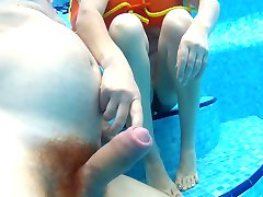 handjob in the swimming pool. branlette sous l'eau