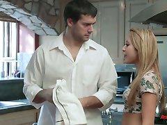 Sladké vypadající žena v domácnosti Marina Angel nasává dick a dostane prdeli v kuchyni