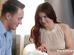 Romantická a smyslná sex s červeným vlasy babe s propíchnutí bradavky Renata Liška