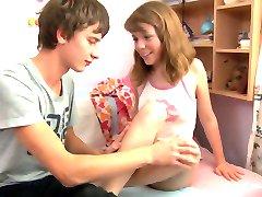 Mladi tinejdžer sestra stenje jahanje na mladi kurac