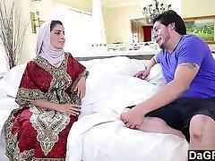 Arapska junica Nadia Ali uživajući bijelog pijetla