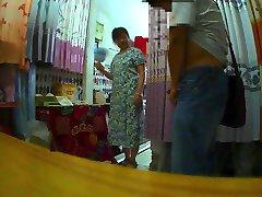 U salon zavjesa teta treperi