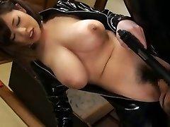 लेटेक्स में एशियाई लड़की बड़े स्तन के साथ