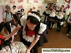 खूबसूरत जापानी नौकरानी दंडित हो जाता है के लिए बुरा जा रहा है, जबकि सभी देखो
