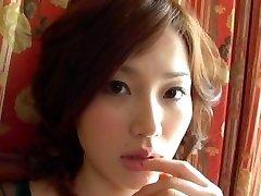 लाल बालों वाली एशियाई अपने डिक के साथ बजाना