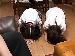 दो बहनों के साथ खिलौना,