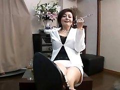 एशियाई, के साथ धूम्रपान सिगरेट धारक