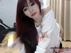 귀여운 아시아 빨강 머리 위 솔로