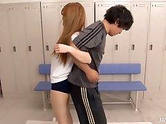फिटनेस प्रशिक्षण में बदल जाता है, के लिए प्यारा एशियाई लड़की
