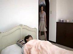 जापानी माँ द्वारा पकड़ा जाता है युवा