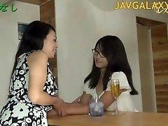 परिपक्व जापानी फूहड़ और युवा किशोरों की लड़की