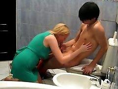 सींग का बना गोरा लड़की में हरे रंग की मिनी पोशाक के साथ एशियाई लड़की स्नान में