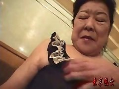 Japanese granny enjoying hookup