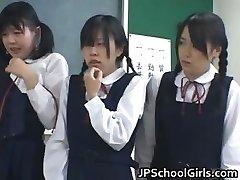 एशियाई छात्रों को कक्षा में कर रहे हैं part2