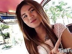 मुस्कुरा थाई मज़हब मूड में है खेलने के लिए कुछ खेल