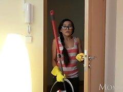 माँ थाई नौकरानी झटके जवान आदमी के घर के साथ अपने बेडरूम में