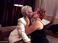 Kinky mame in grannies sranje in urinirati s fantom