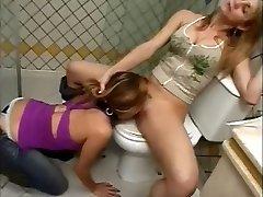 गुलाम, चाटना, चूत में शौचालय