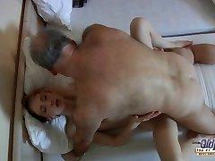 Stari perverznež jebe pohoten mlade hotel devica