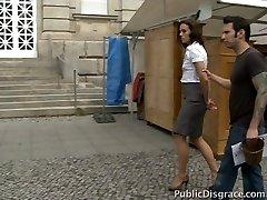 Sexy Dame neemt een bad in de openbare