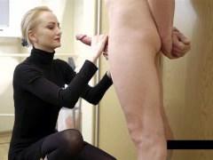 Připojenými opčními na oblečení pro sexy blondýnka
