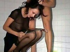 Aptuvenu anālais sex vannas istabā