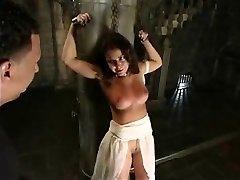 Mais chicotadas para um sexy escravo