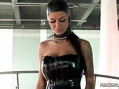 Angelina Valentine v Nadvlády Veronica
