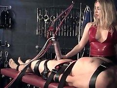 Angleški femdom kaznuje sub z stroj