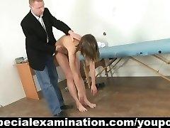 teen dievča sa počas osobitné lekárske nahé vyšetrenie
