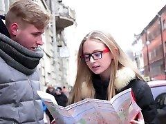 Kinky naravnost las blondinka gal v nerdy očala gets zajebal doggy