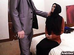Neumna Arabsko dekle kriči, medtem ko je udaril v brutalno hófehérke vraga
