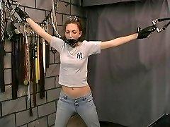 Bondaged slim-pohár brunetka v tvár masku tápal o bdsm master