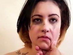 Lits-ori tüdruk lõid teda vastu sülitada vihane alandamine nutt