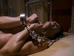 Rotaļu istaba [2012] Chained vīriešu veikt nelielu runāt
