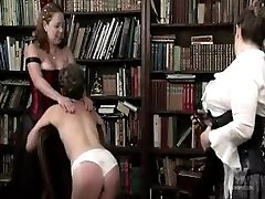 अधेड़ औरत समलिंगी स्त्रियां पिटाई करते हुए